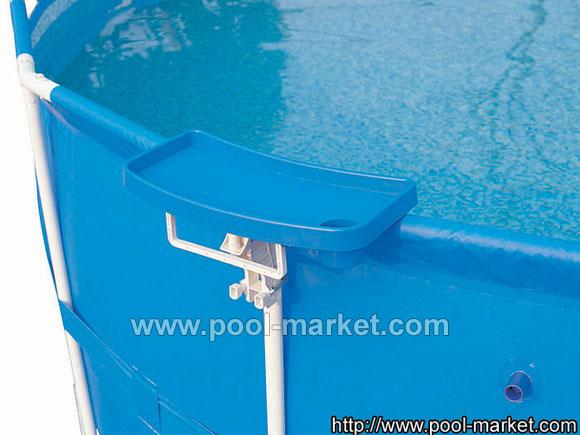 Стол для бассейна 58175. Предназначен для каркасных бассейнов (всех моделей кроме 56185). Фиксируется на край борта бассейна. Имеет  держатель для стакана, небольшую столешницу для кремов, солнцезащинтых очков и т.д, так же держатель для полотенца.