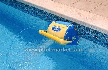 пылесос для бассейна Aquabot Bravo в действии - очищает ватерлинию бассейна