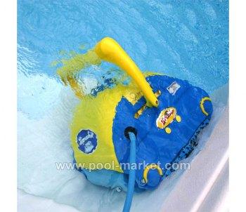 пылесос для бассейна Aquabot Bravo очищает вертикальные и горизонтальные поверхности бассейна от грязи и налета